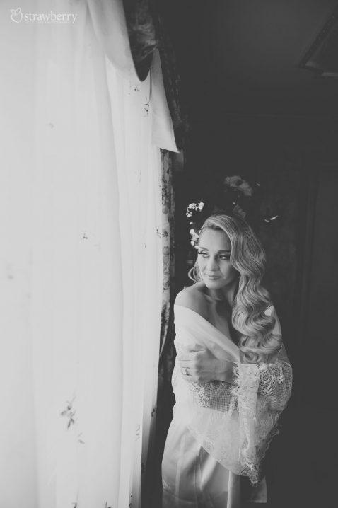 black-white-bride-waiting-for-groom.jpg