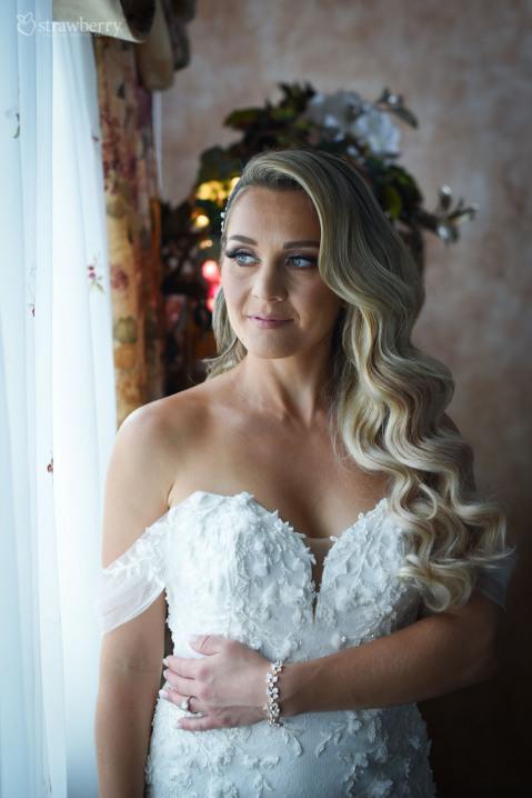 bride-look-wavy-hair-bracelet.jpg