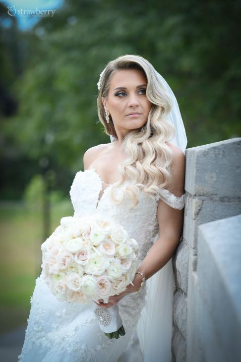 bride-look-white-wedding-bouquet.jpg