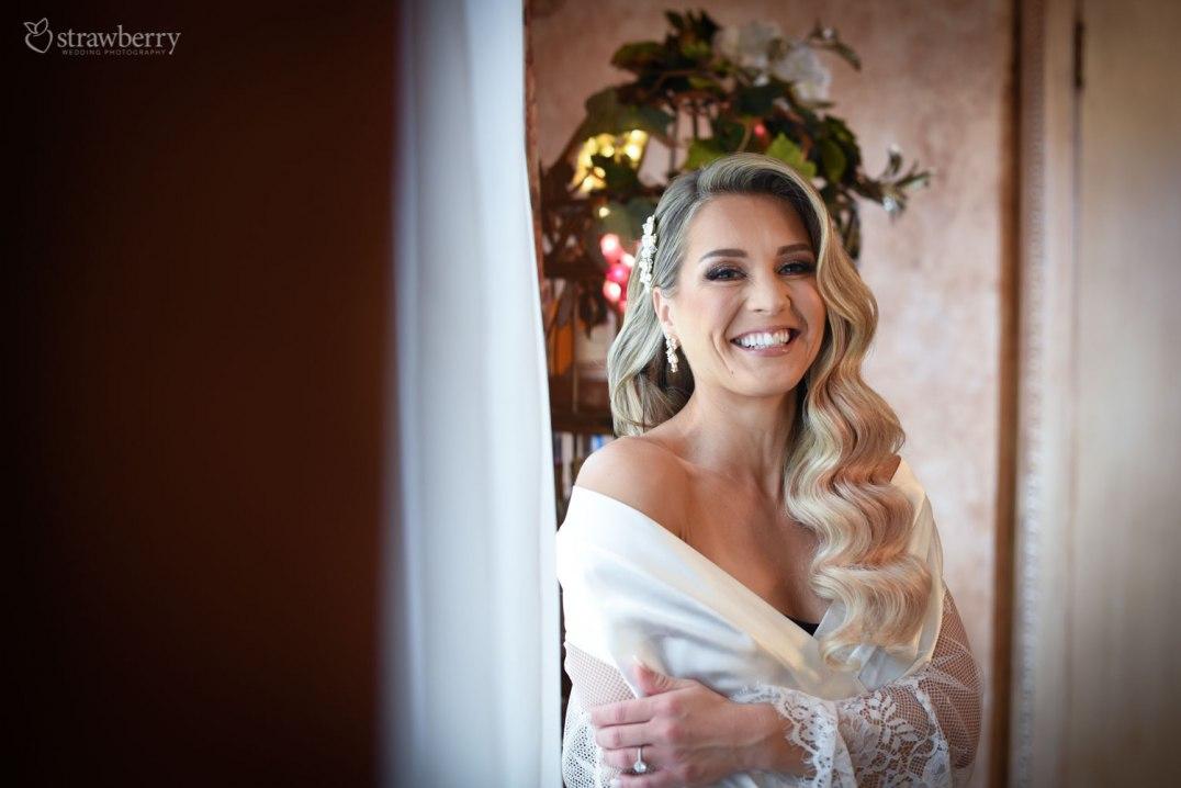 bride-preparation-smile-hotel-room-2.jpg