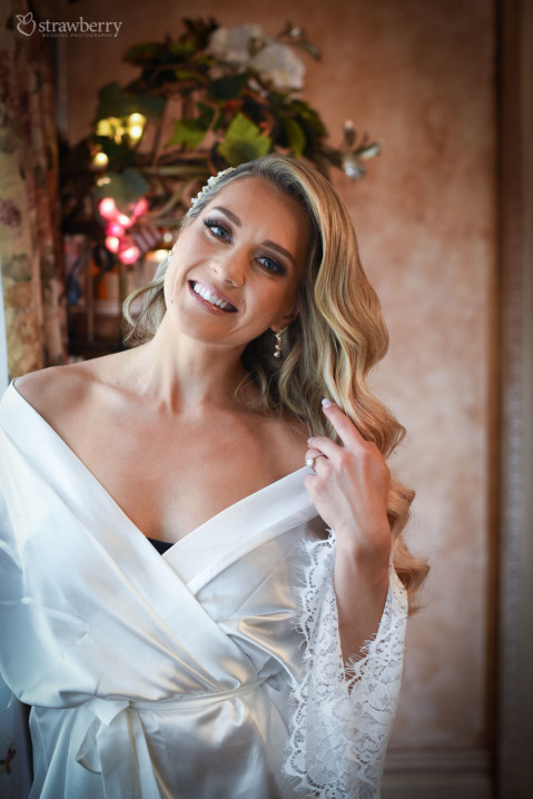 bride-preparation-smile-hotel-room.jpg