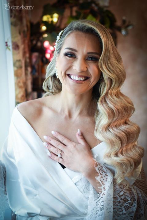 bride-preparation-wavy-hair-smile.jpg