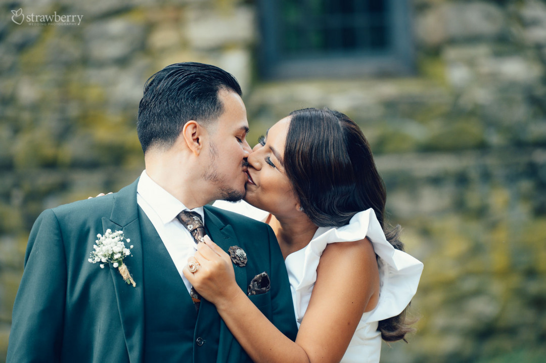 kissing-amazing-scenery-flowers-ring