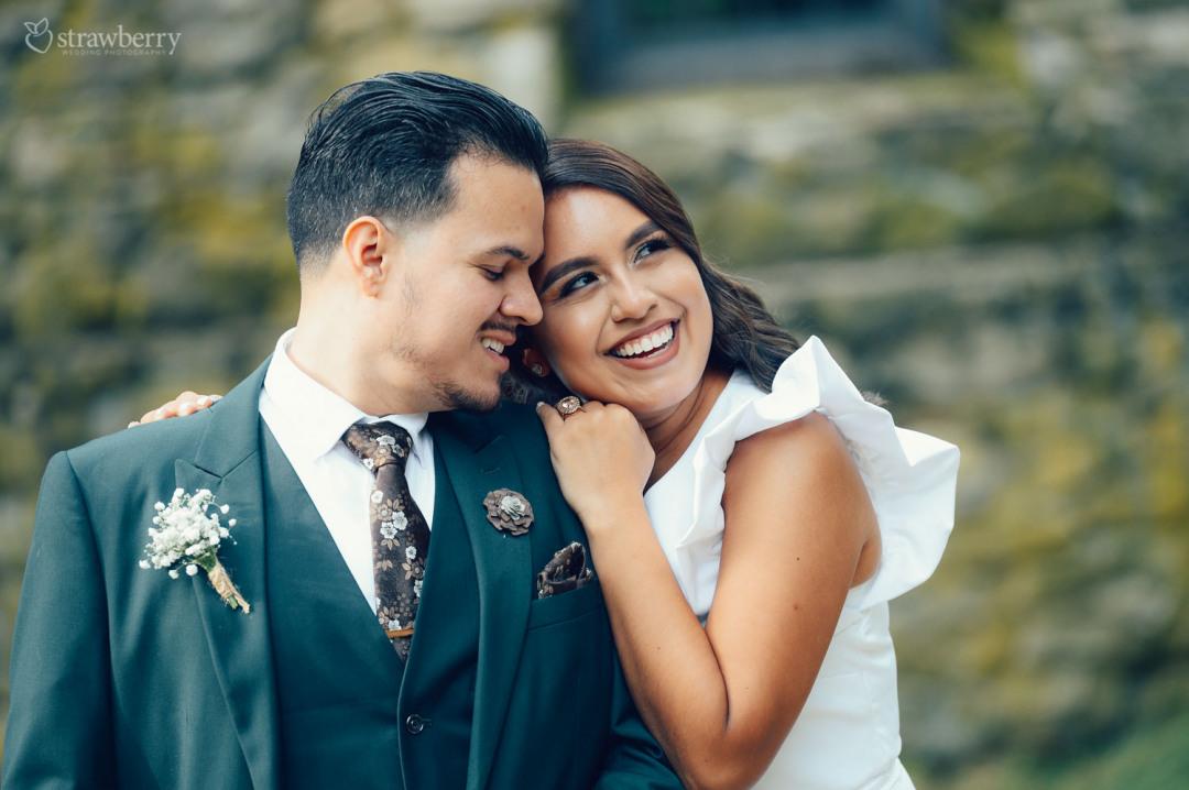 laughing-bride-groom-love-flowers