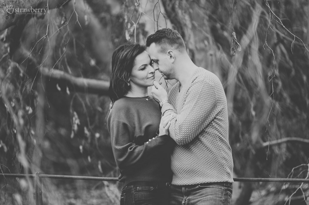 09-black-white-romantic-couple-closeness-smile.jpg