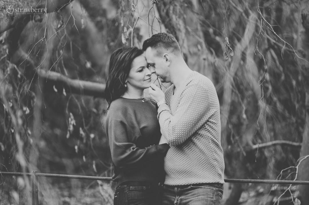 27-black-white-romantic-couple-closeness-smile.jpg