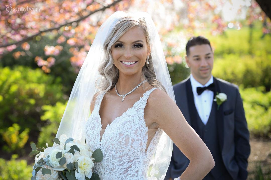 bride-look-smile-lace-wedding-dress-spring