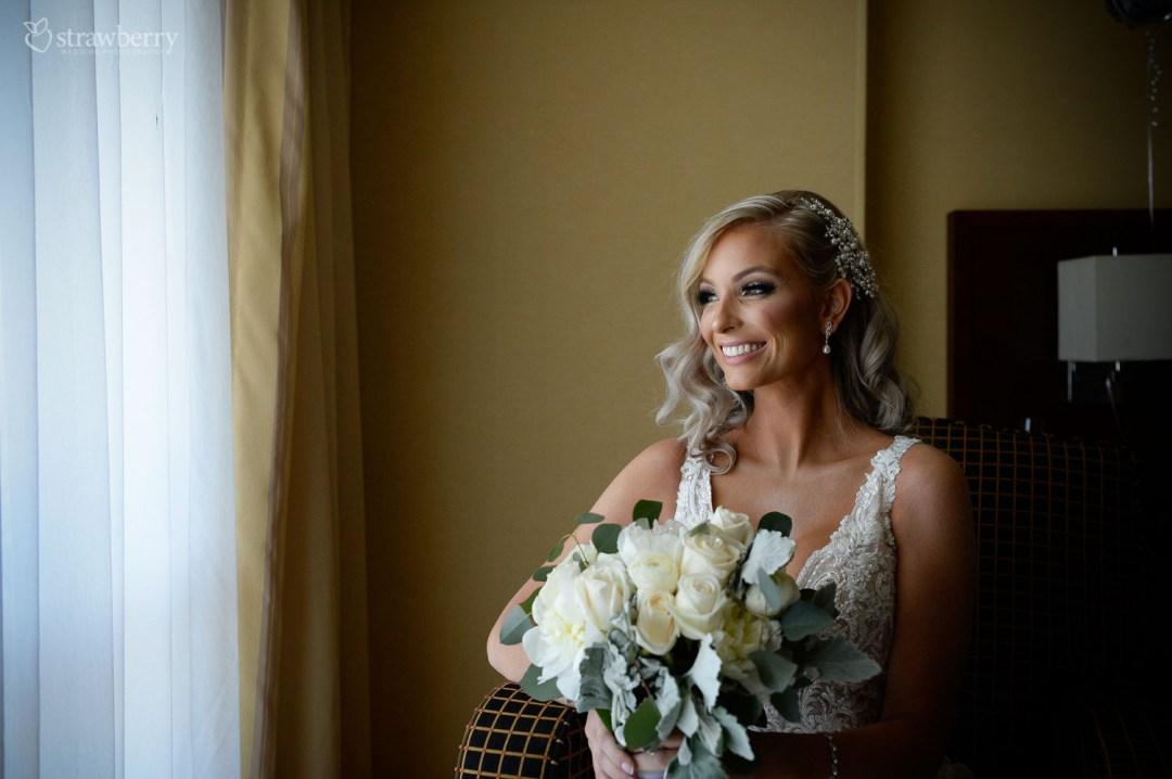 bride-look-smile-wedding-bouquet