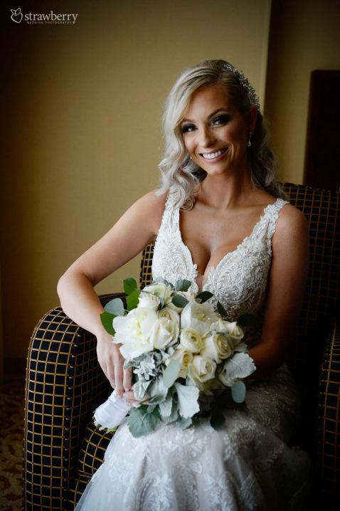 bride-look-smile-wedding-bouquet2