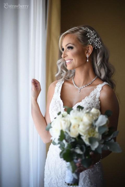 bride-look-wedding-bouquet-jewelry-happiness