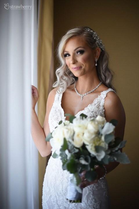 bride-look-wedding-bouquet-jewelry