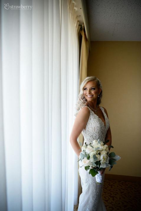 bride-look-wedding-bouquet-smile