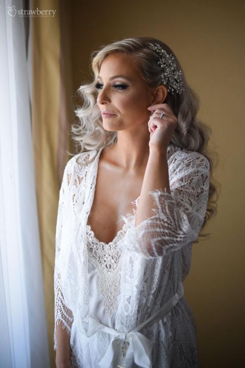 bride-preparation-earings-smile-portrait-wedding-underwear2