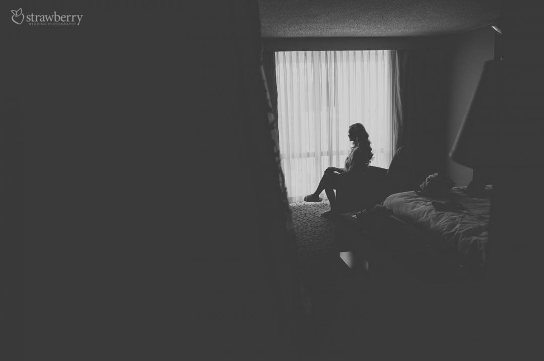bride-preparation-hotel-room-black-white