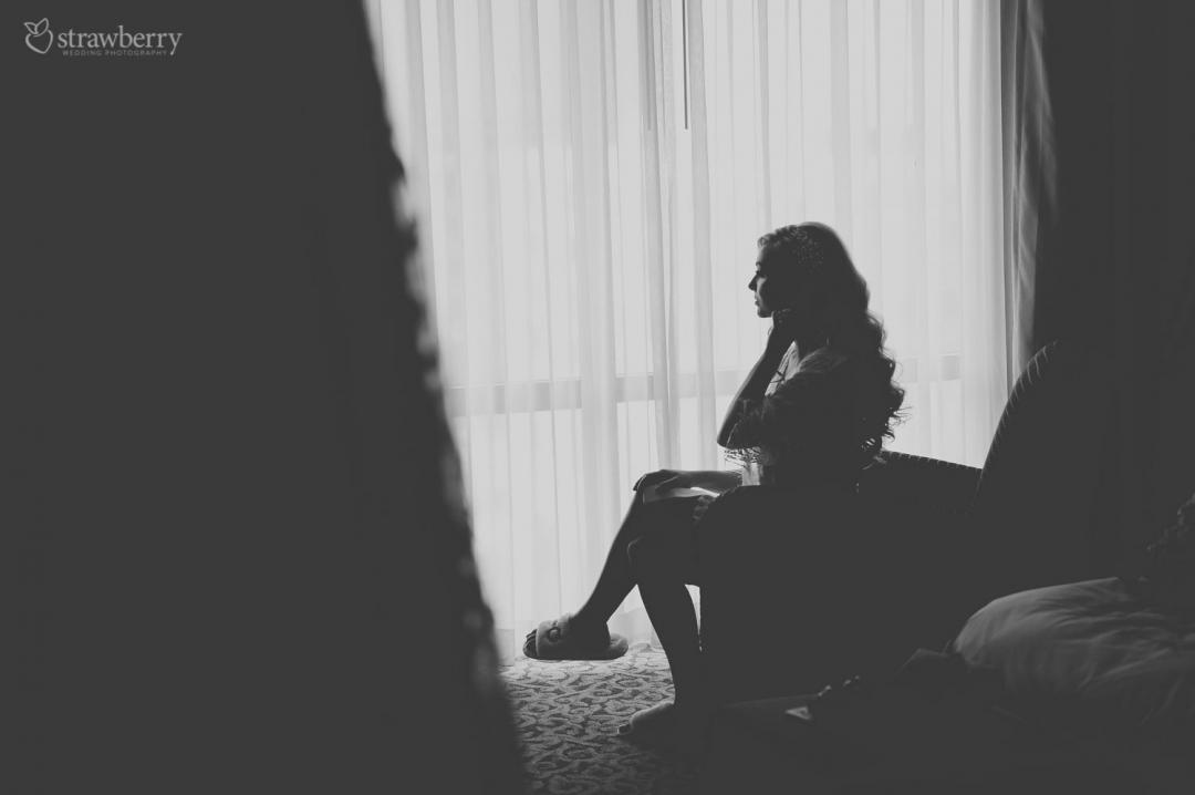 bride-preparation-hotel-room-black-white3