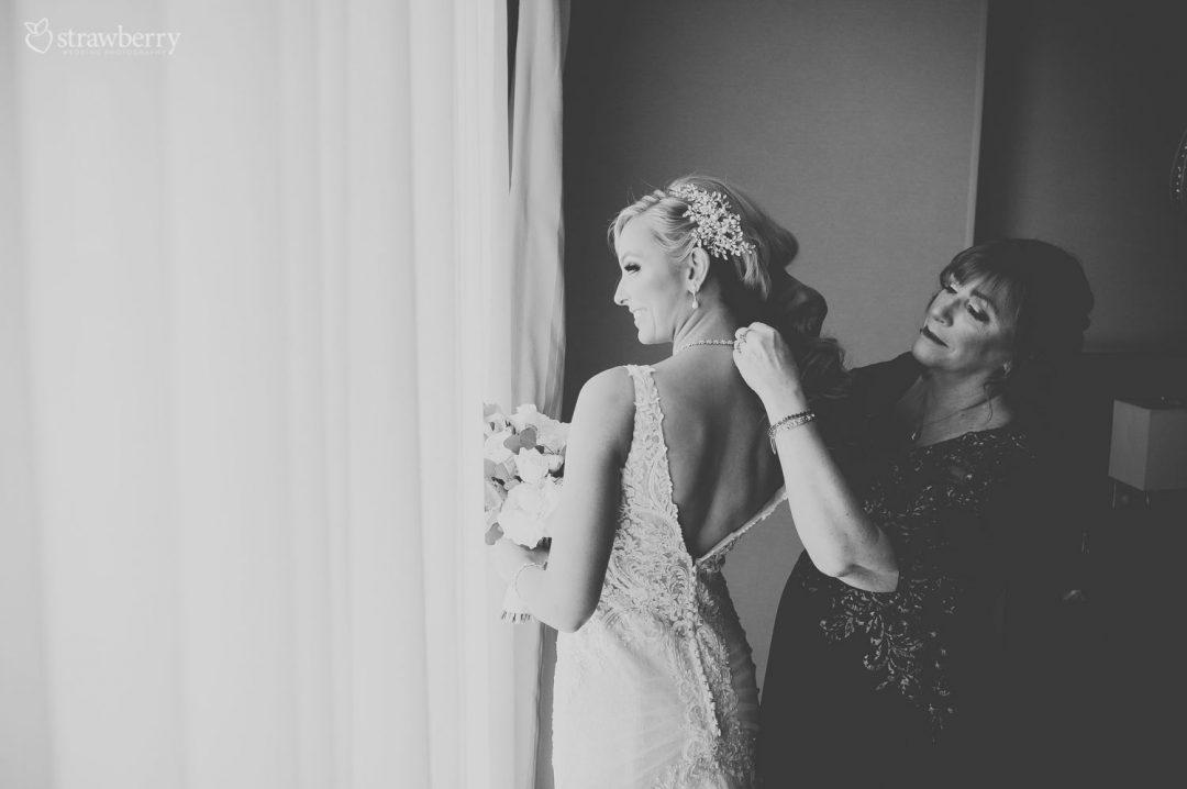 bride-preparation-mother-neckles-black-white2