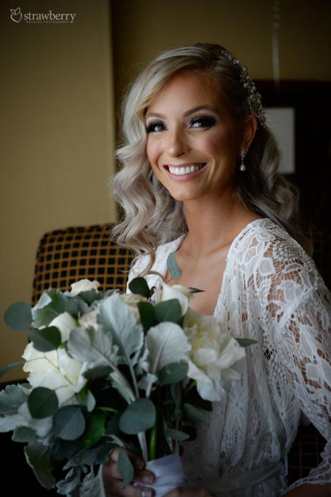 bride-preparation-smile-pearl-earrings-wedding-bouquet