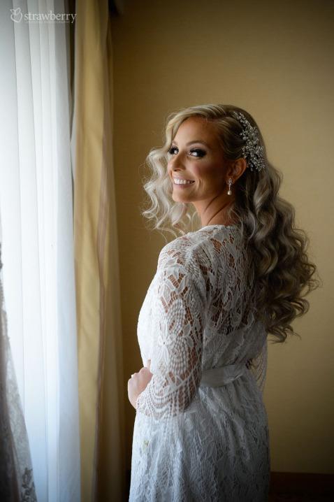 bride-preparation-smile-wavy-hair