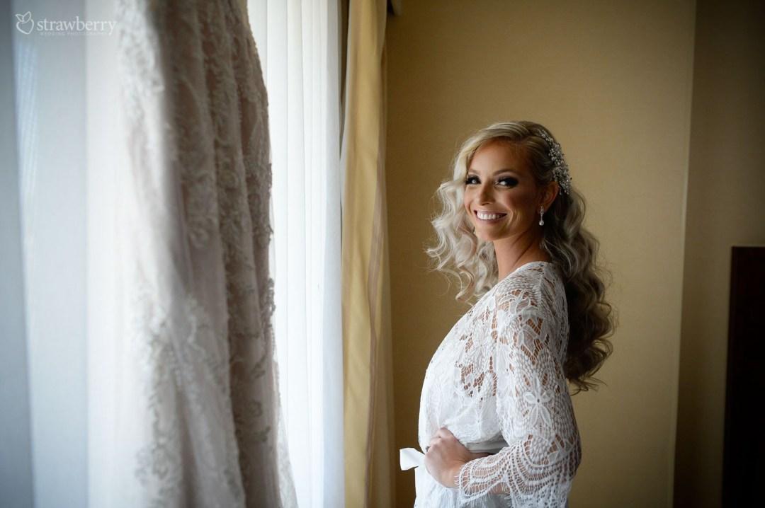 bride-preparation-smile-wavy-hair3