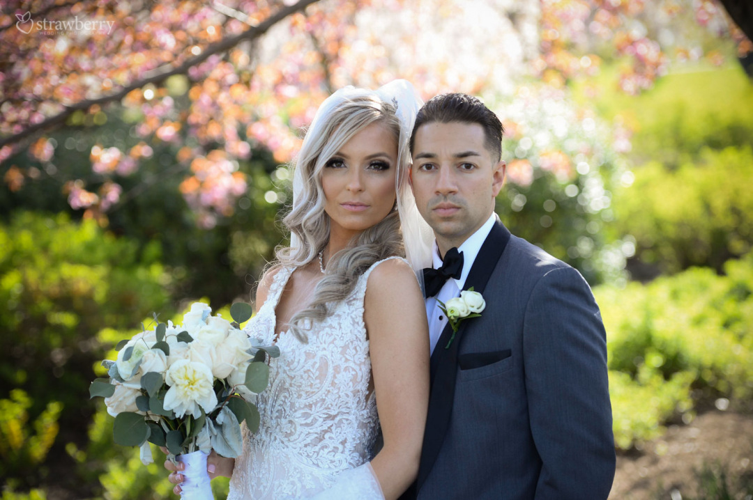 married-couple-spring-scenery-park-wedding-bouquet