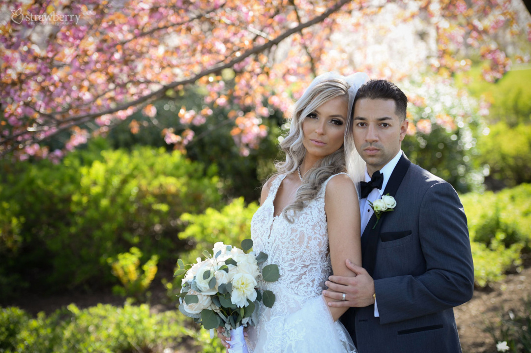 married-couple-spring-scenery-park-wedding-bouquet3