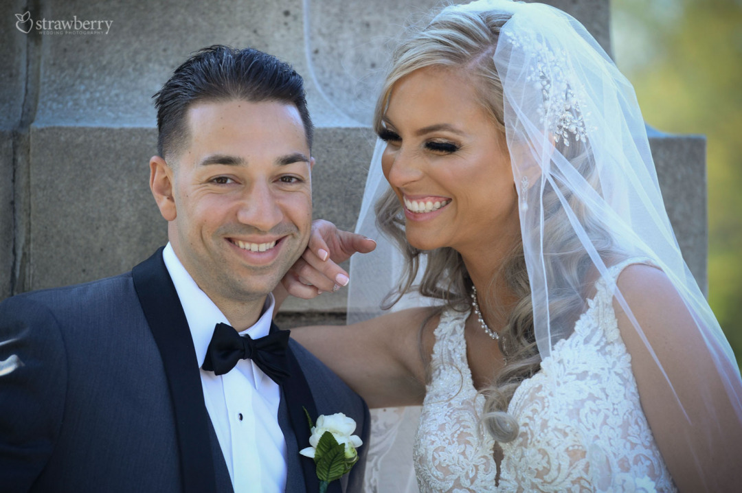 newlyweds-portrait-smile-veil-bowtie4