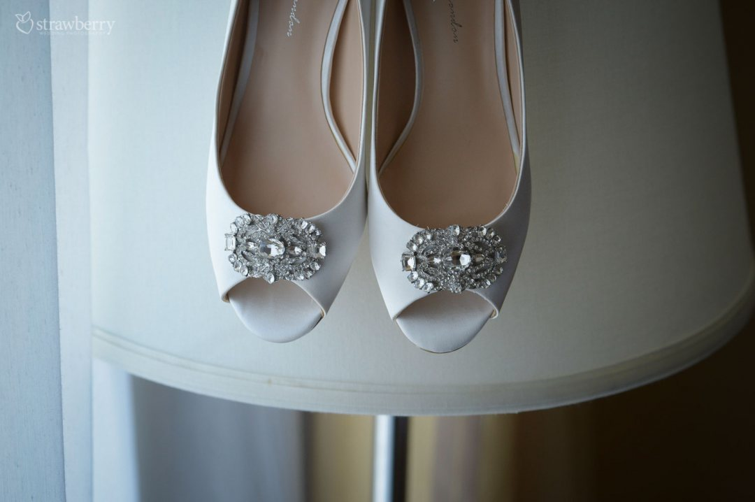 wedding-shoes-white-jewelry