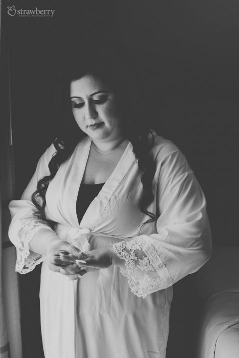 08-bride-preparation-engagement-ring.jpg