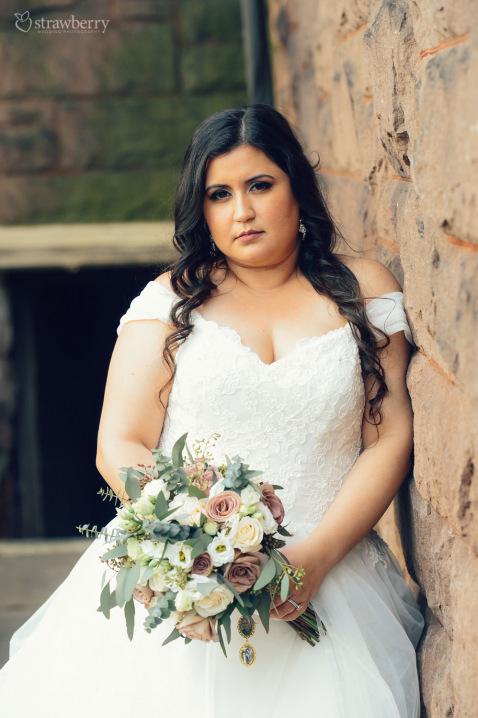 13-briide-look-wedding-dress-bouquet.jpg