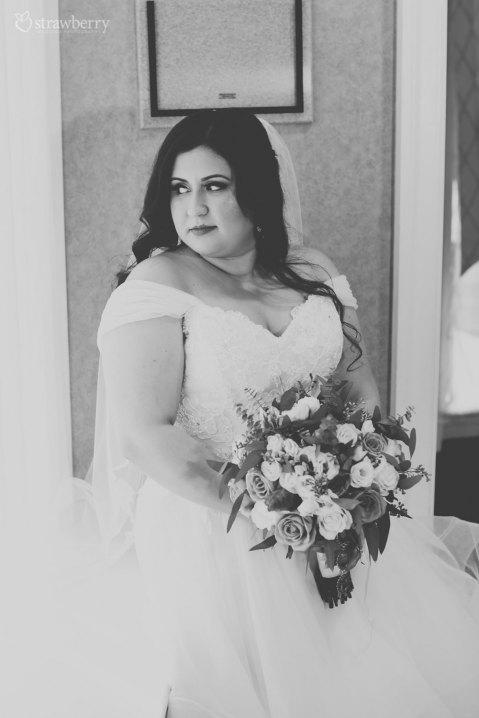 14-black-white-bride-look-wedding-bouquet.jpg