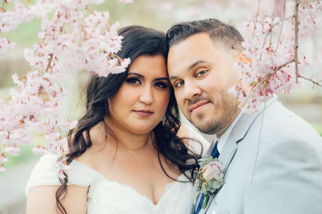 24-newlyweds-portrait-blossom-cherry.jpg