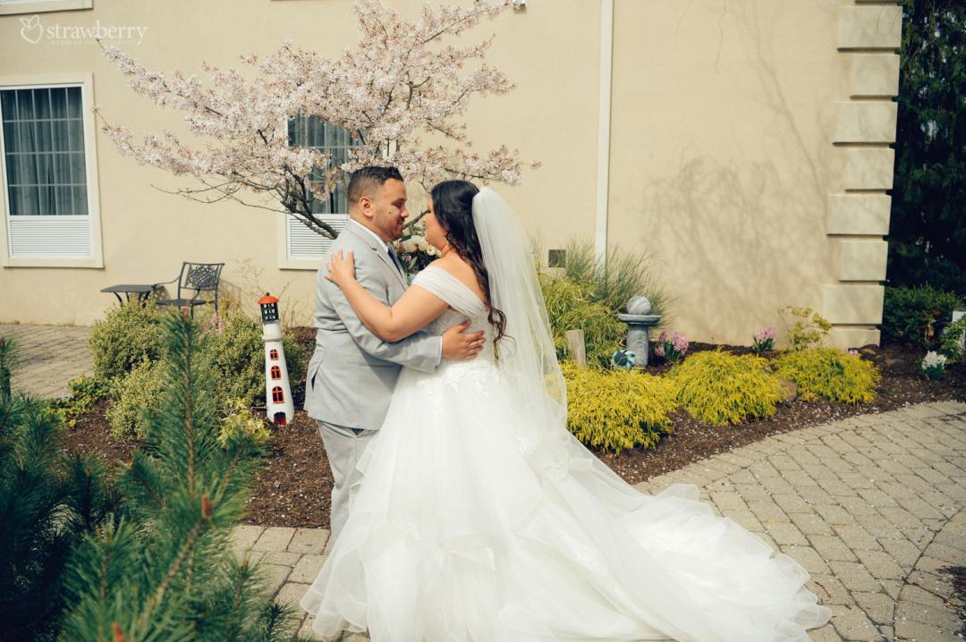 32-newlyweds-dance-garden.jpg