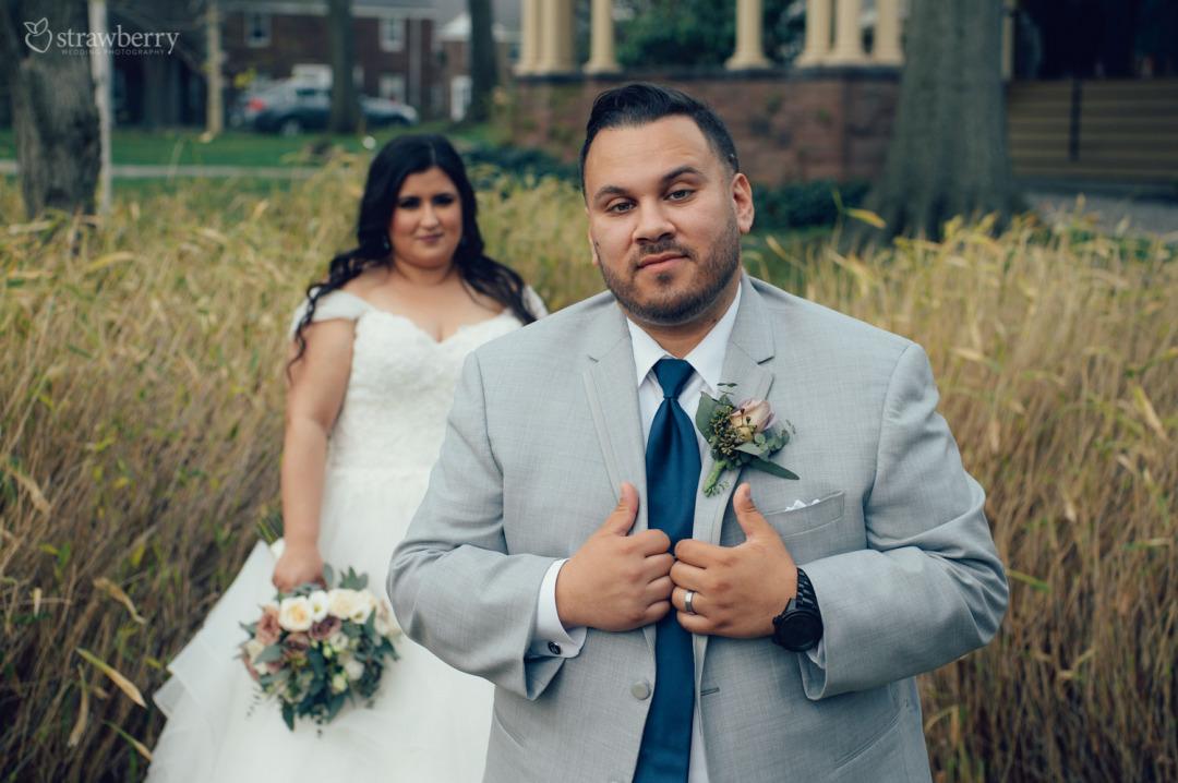 41-newlyweds-dried-grass.jpg