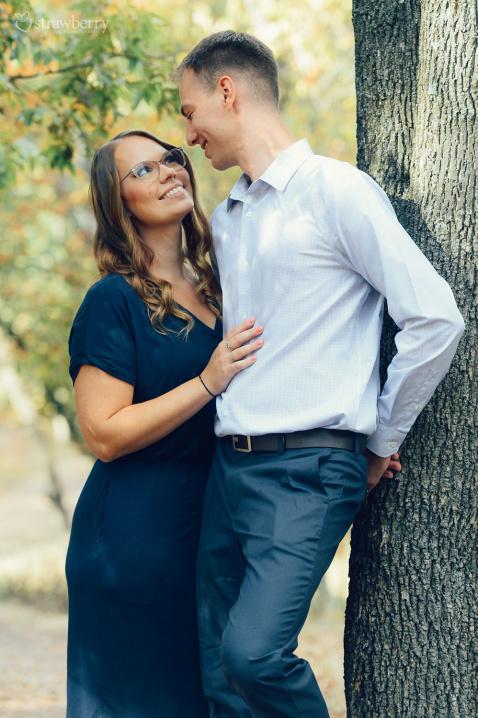 01-look-smile-glasses-couple-tree.jpg