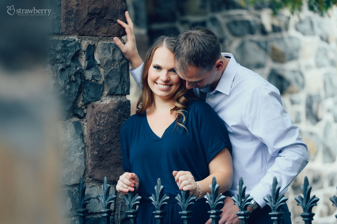 15-amazing-scenery-couple-smile-wall-fence.jpg