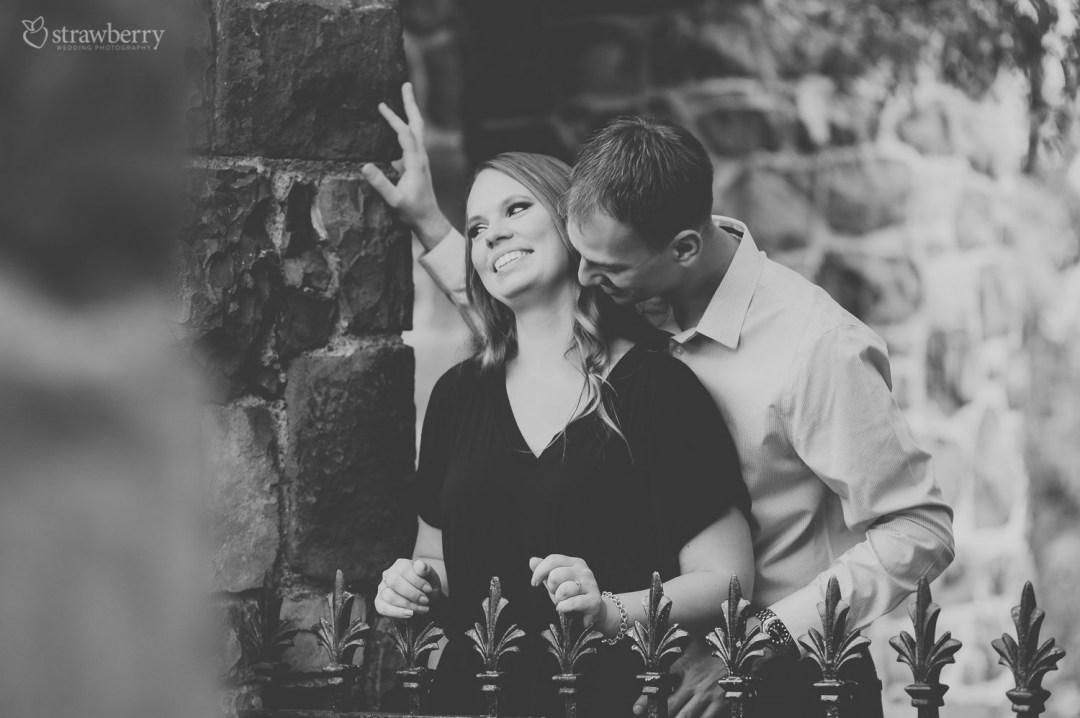 22-black-white-amazing-scenery-couple-smile-wall-fence-1.jpg