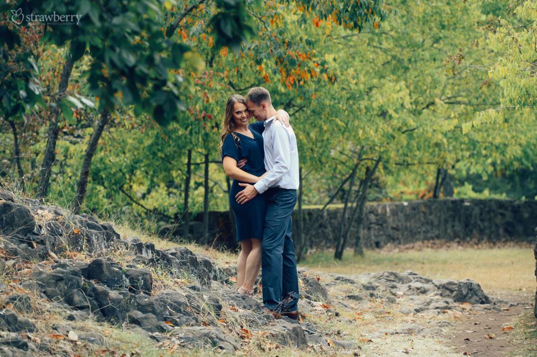 28-couple-caress-rocks-park.jpg