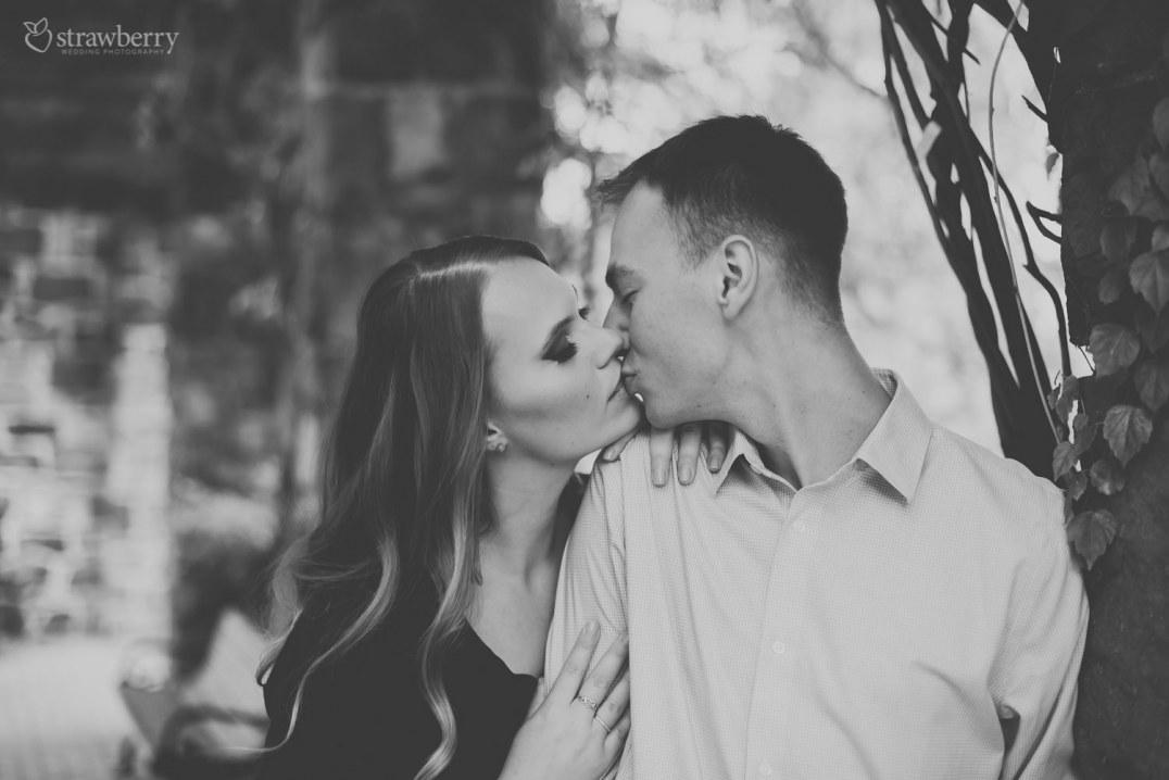 30-black-white-lovers-kiss.jpg